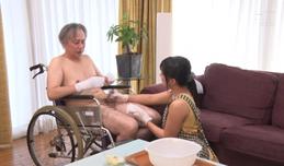 Bố ngồi yên để con dâu giúp bố sướng